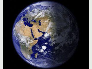 Zeigt eine detailierte ständig aktualisierte Ansicht der Erde als Hintergrundbil