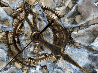Animierte analoge Uhr, die wie aus Eis gestaltet aussieht.