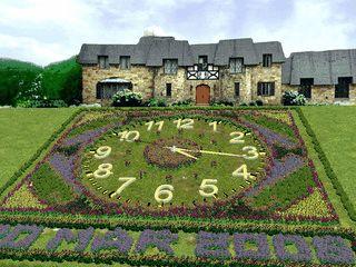 Eine Gartenlandschaft mit einer animierten Uhr.