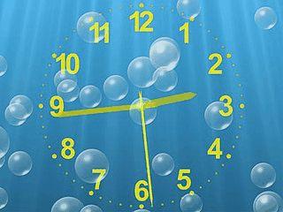 Einfacher Bildschirmschoner mit analoger Uhr von animierten Luftblasen.