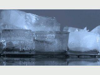 Schauen Sie Eiswürfeln beim Schmelzen zu.